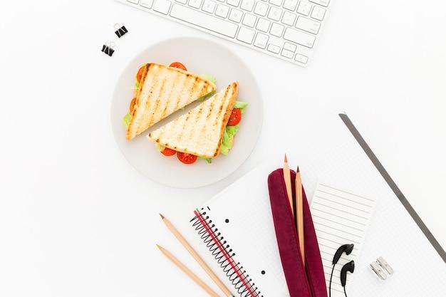 Assiette plate avec toast pour le petit déjeuner au bureau