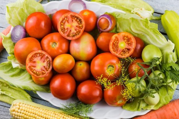 Assiette pleine de moissons fraîches du jardin