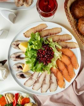 Assiette de poisson décoration grenade vue de dessus