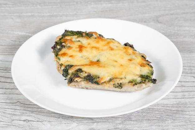 Assiette de porc aux légumes et au fromage