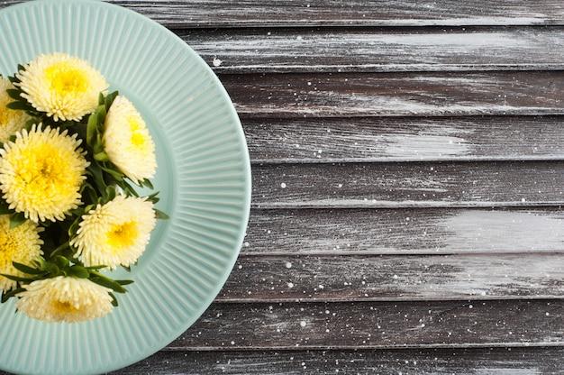 Assiette en porcelaine vintage bleue et marguerites jaunes