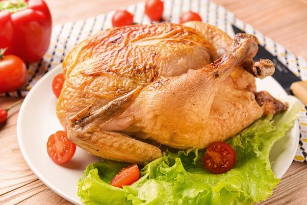 Assiette avec poulet au four sur table en bois