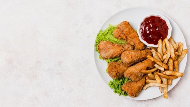 Assiette de poulet frit avec espace de copie