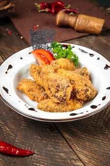 Assiette avec poulet frit