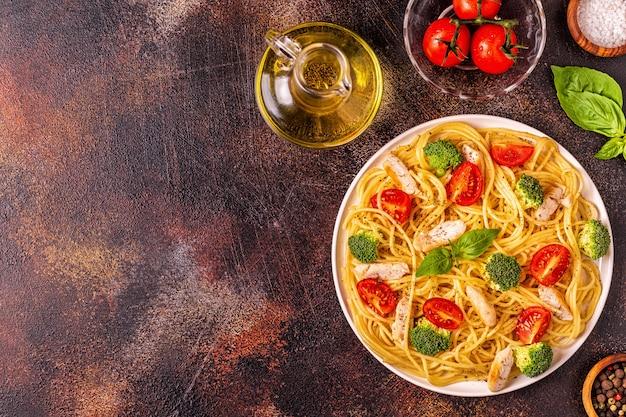 Assiette de poulet spaghetti tomate brocoli