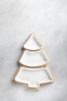 Une assiette pour des collations sous la forme d'un arbre de noël sur fond clair