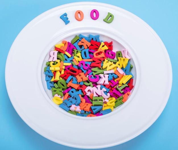 Assiette pour soupe pleine de lettres en bois multicolores