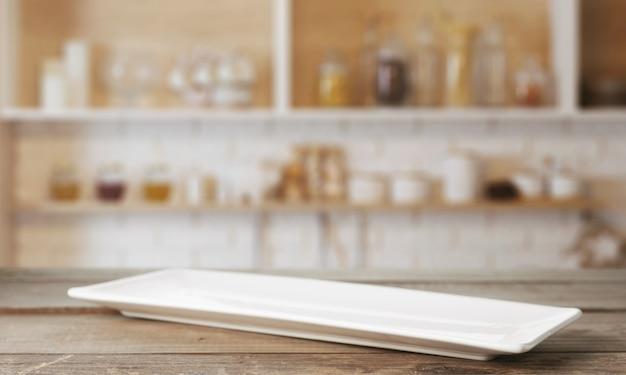 Assiette rectangulaire longue sur la table de cuisine