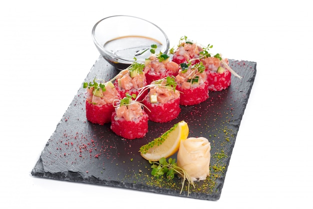 Assiette rectangulaire noire avec sushi, isolé sur blanc