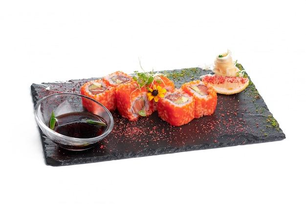 Assiette rectangulaire noire avec sushi