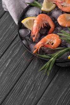 Assiette remplie de crevettes sur glace