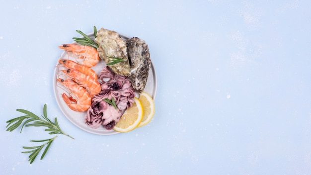 Assiette remplie de crevettes et légumes