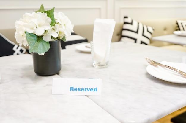 Assiette réservée sur une table dans un restaurant avec un cadre élégant
