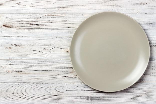 Assiette ronde mate vide sur table en bois