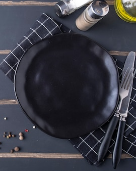 Assiette ronde vide avec des épices. vue de dessus. fermer