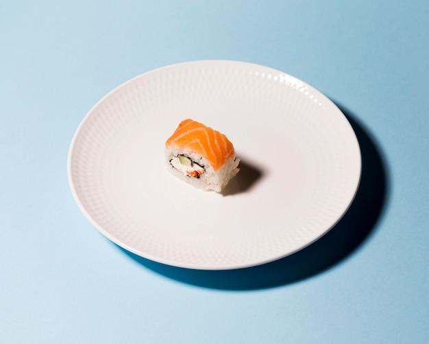 Assiette avec rouleau de sushi sur table