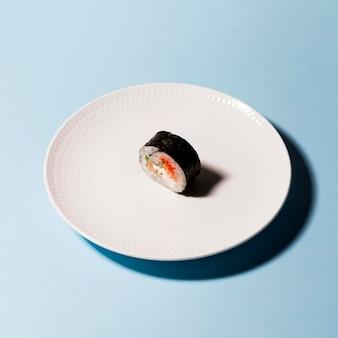 Assiette avec rouleau de sushi