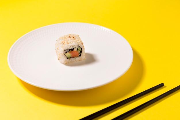 Assiette avec un rouleau de sushi