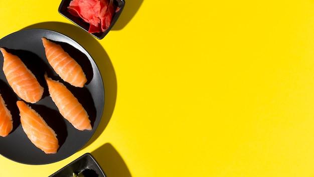 Assiette avec rouleaux de sushi frais et espace copie