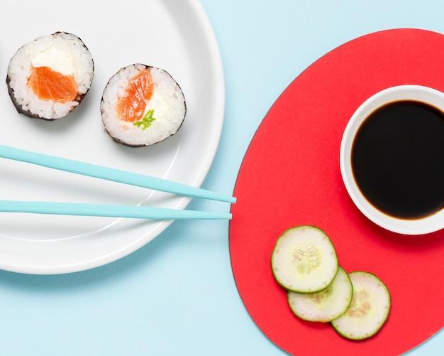 Assiette avec des rouleaux de sushi frais