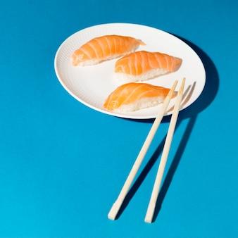 Assiette avec rouleaux de sushi frais