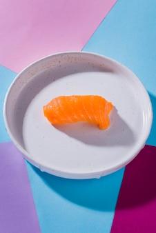 Assiette avec des rouleaux de sushi sur table
