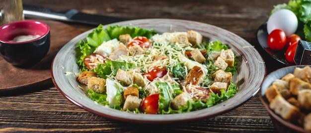 Assiette avec salade césar et ingrédients