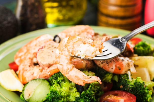 Une assiette de salade de crevettes