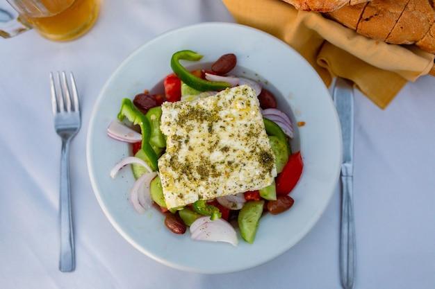 Une assiette de salade grecque est une portion classique salade diététique salade grecque traditionnelle avec un gros morceau