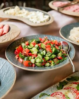 Assiette de salade de légumes mélangés