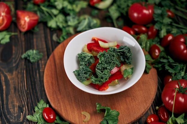 Assiette de salade de légumes sur la table