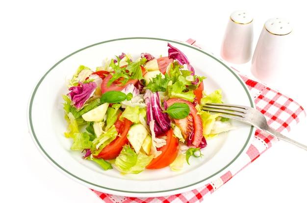 Assiette avec salade sur nappe à carreaux
