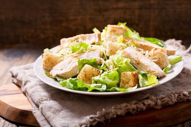 Assiette de salade de poulet sur une table en bois