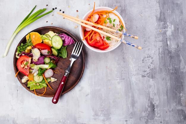 Assiette de salade saine avec des légumes, des nouilles chinoises et des carottes