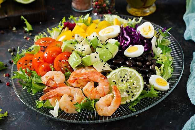 Assiette de salade saine. recette de fruits de mer frais. salade de crevettes grillées et de légumes frais