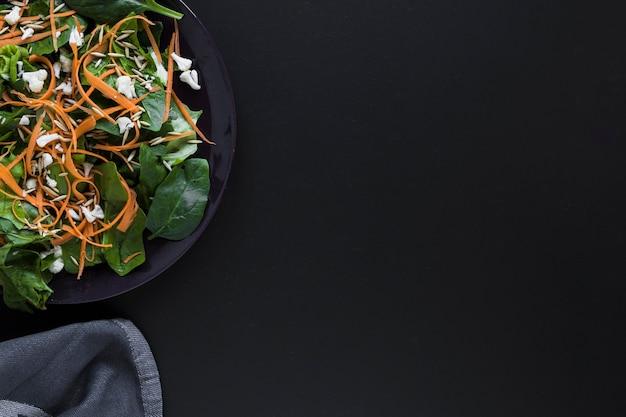 Assiette avec une salade saine