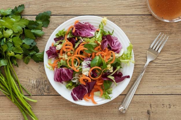 Assiette avec salade sur table