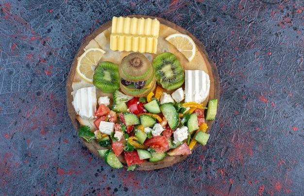 Assiette de salade verte avec beurre et fromage.