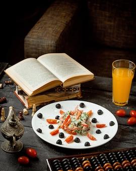 Une assiette de salade de viande aux herbes tomate et mayonnaise servie dans une table basse