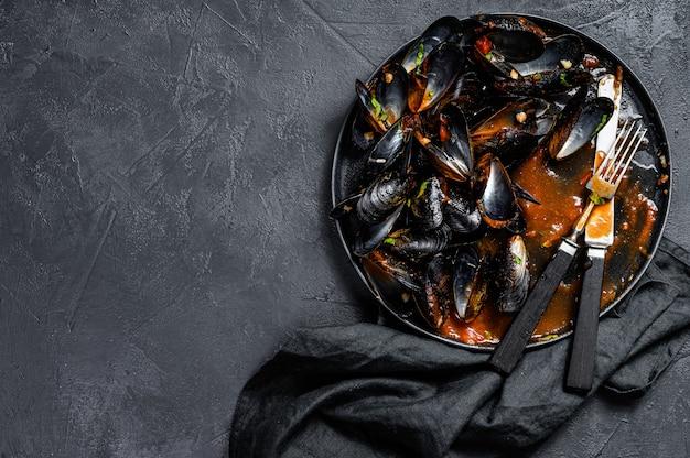 Assiette sale avec les restes du dîner, coquilles de moules
