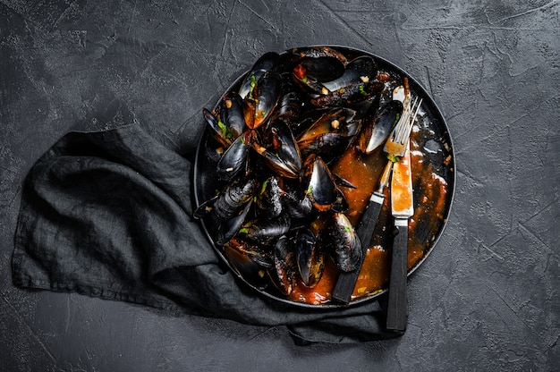 Assiette sale avec les restes du dîner, coquilles de moules.