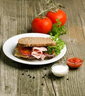 Assiette avec sandwich et remorquage de sauces