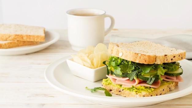 Assiette avec sandwich