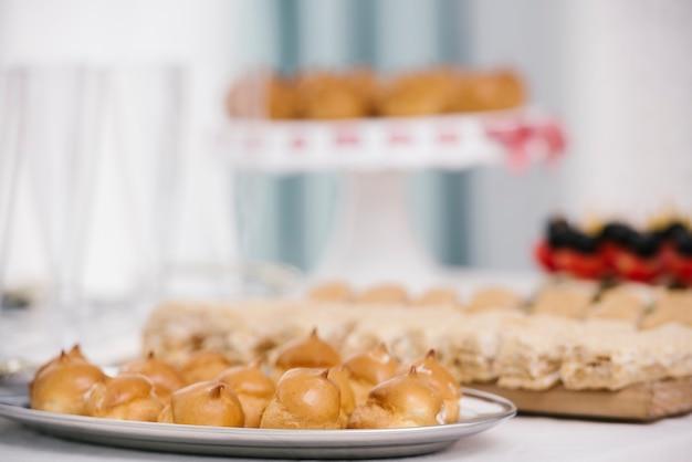 Assiette savoureuse à la meringue flambée
