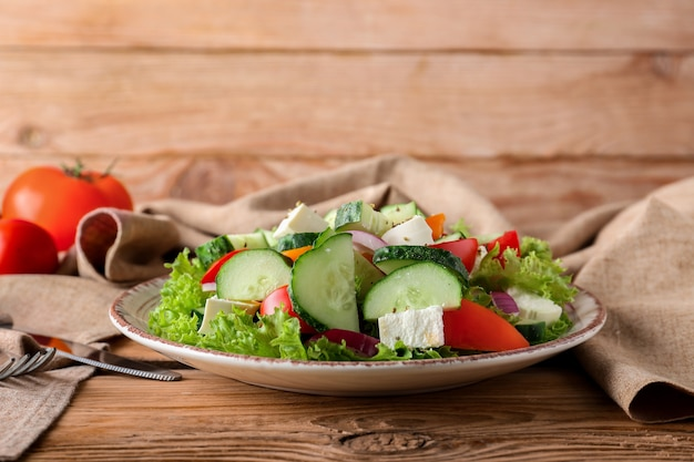 Assiette avec une savoureuse salade de concombre sur table