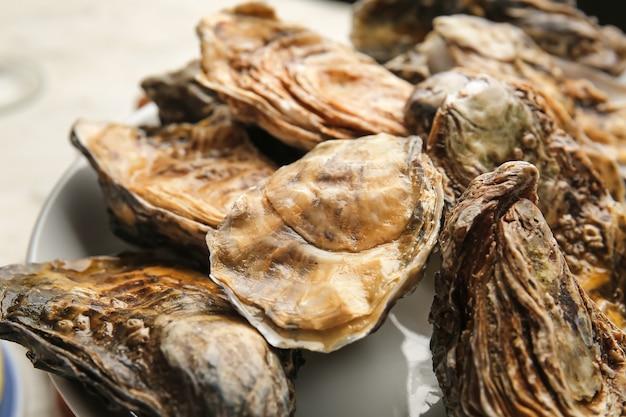 Assiette avec de savoureuses huîtres, gros plan