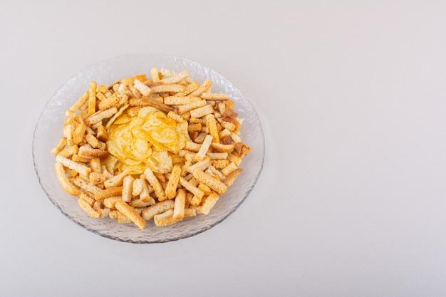 Assiette de savoureux crackers et chips croustillants