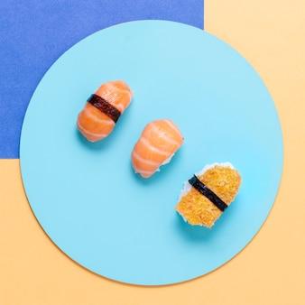 Assiette avec de savoureux péages de sushi