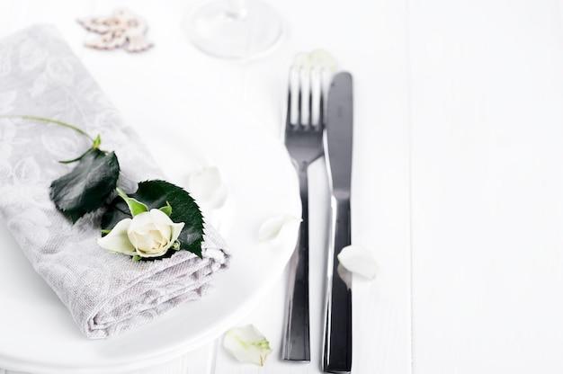 Assiette avec serviette et rose en gros plan