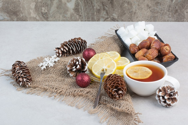 Une assiette sombre de pain de sucre et de fruits secs sur fond blanc. photo de haute qualité